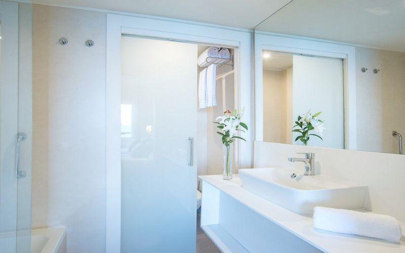 hotel el puerto bathroom